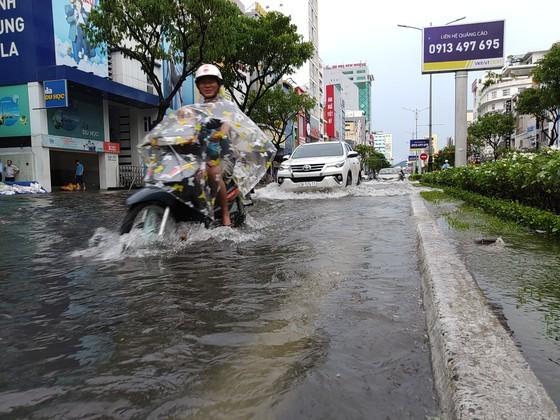 Downpour, storm-force wind rush down Central provinces  ảnh 7