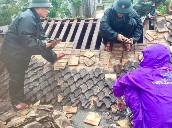 Downpour, storm-force wind rush down Central provinces  ảnh 10