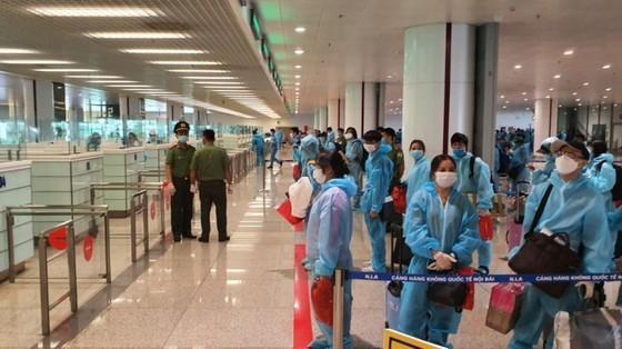 First international commercial flight lands in Noi Bai Airport  ảnh 1