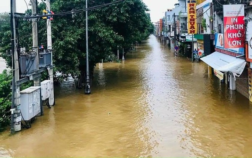 Downpour, flood cause electricity outage in Central, Central Highlands regions  ảnh 1