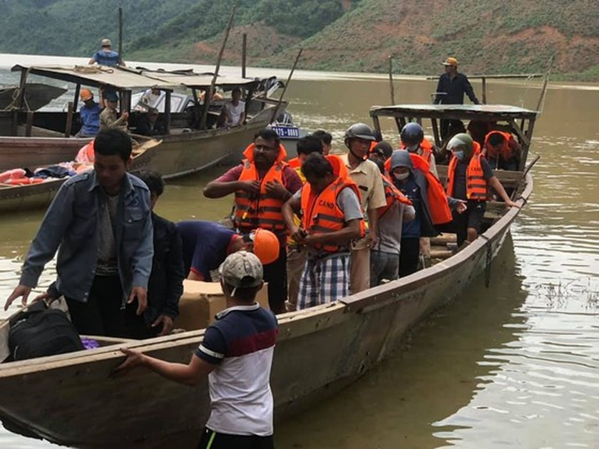 19 victims rescued from Rao Trang 4 hydropower plant ảnh 2