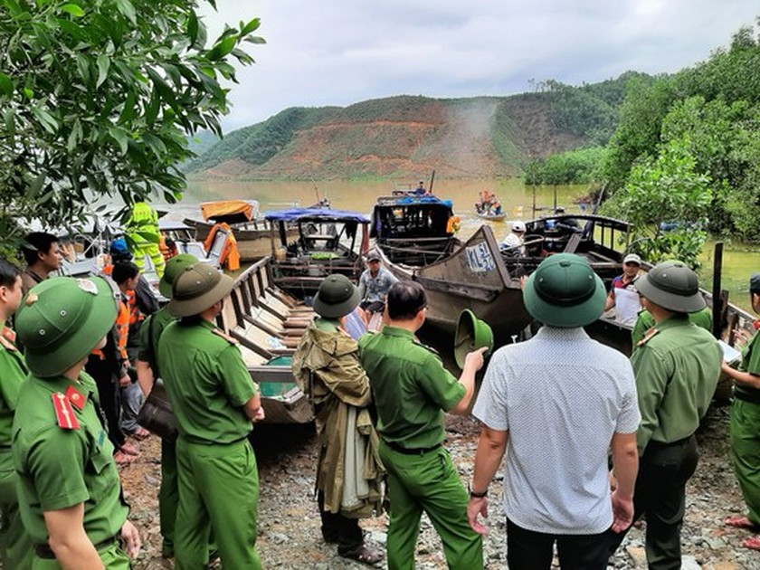 19 victims rescued from Rao Trang 4 hydropower plant ảnh 4
