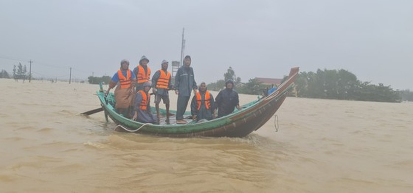 Quang Binh: 95,000 houses trapped under deep floodwater  ảnh 6