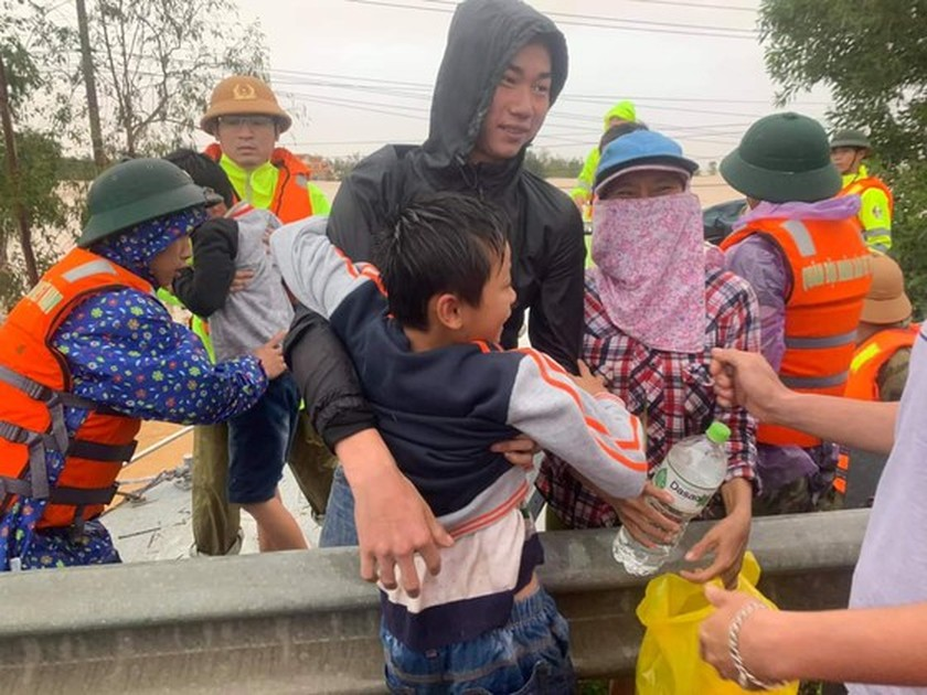 Quang Binh: 95,000 houses trapped under deep floodwater  ảnh 3
