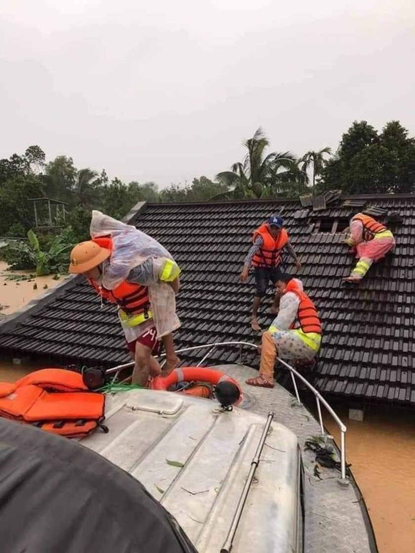 Quang Binh: 95,000 houses trapped under deep floodwater  ảnh 8