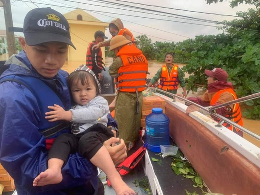 Quang Binh: 95,000 houses trapped under deep floodwater  ảnh 9