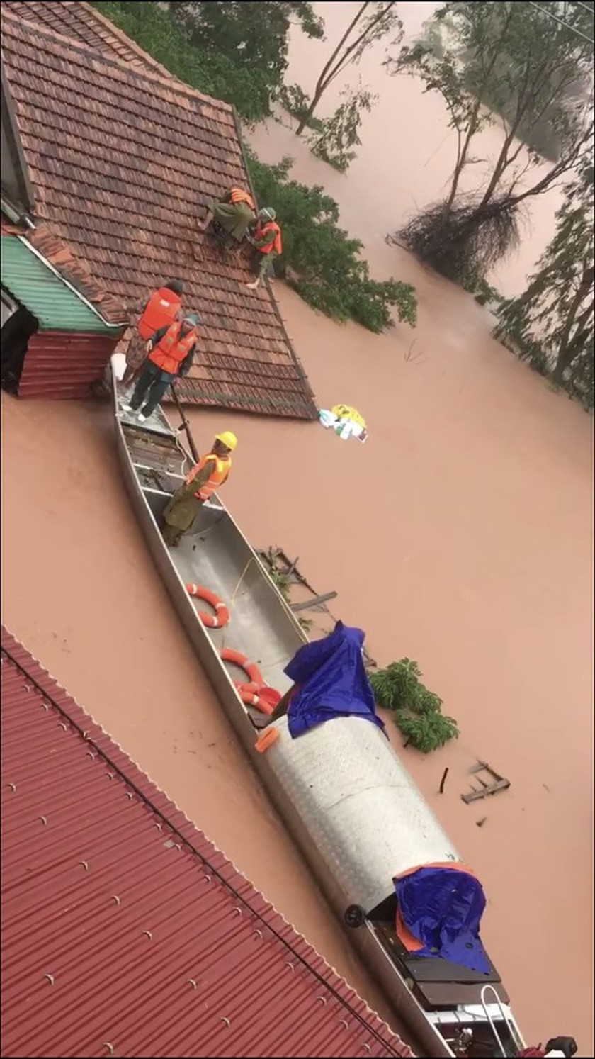 Quang Binh: 95,000 houses trapped under deep floodwater  ảnh 12