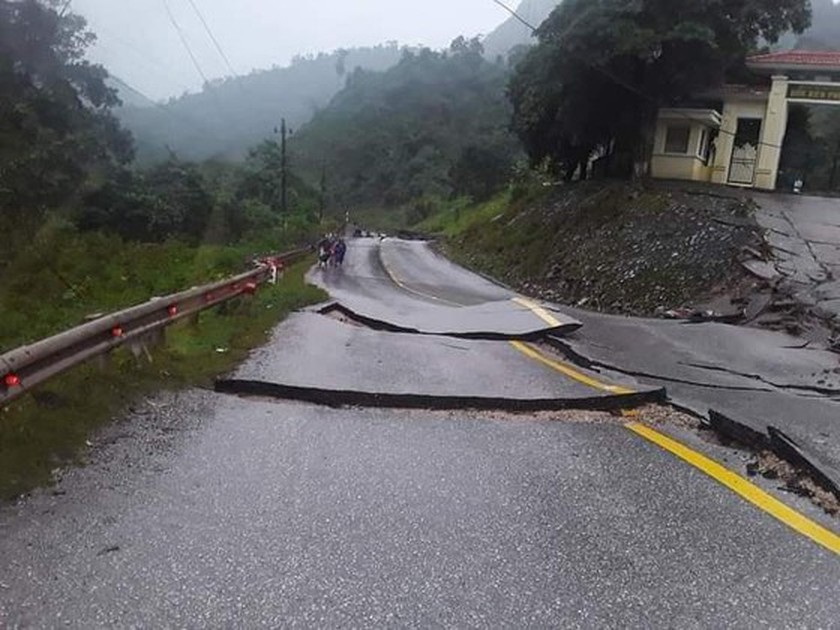 Cracked road surface, ripped fault lines struck Cha Lo Border Gate Economic Zone ảnh 4