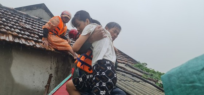 Quang Binh: 95,000 houses trapped under deep floodwater  ảnh 14