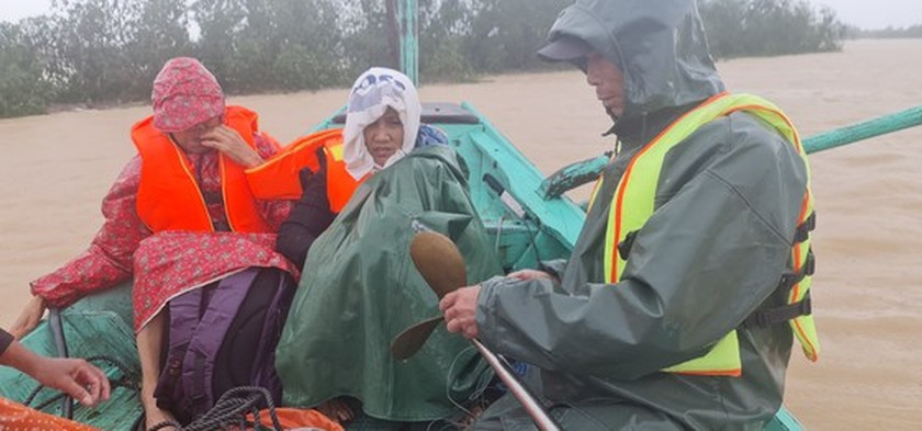 Quang Binh: 95,000 houses trapped under deep floodwater  ảnh 15