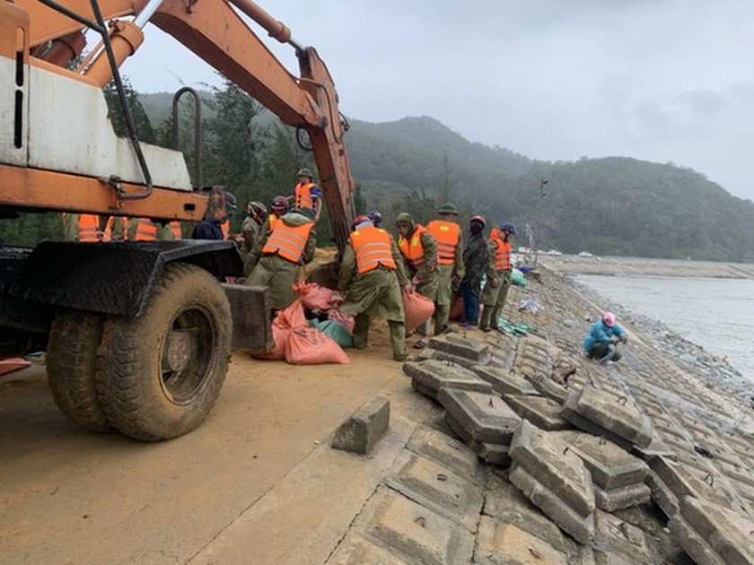 Ha Tinh Province's 40-meter sea dyke section breached ảnh 7