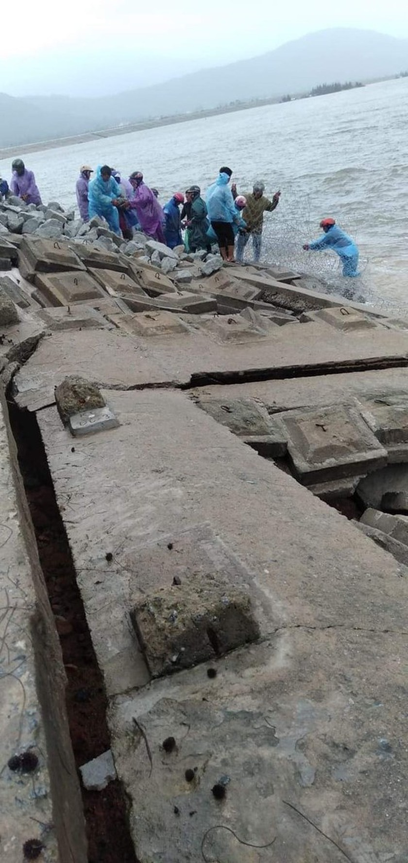 Ha Tinh Province's 40-meter sea dyke section breached ảnh 8