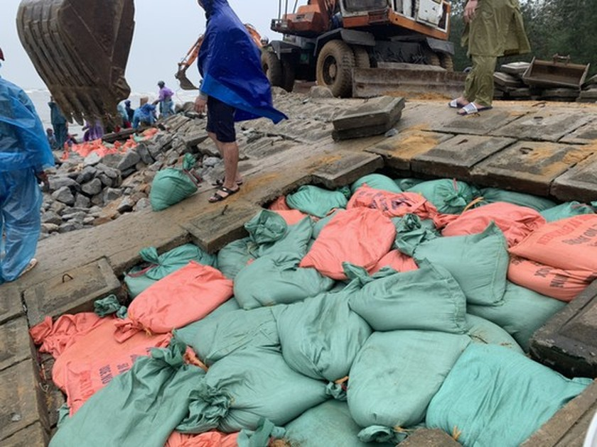 Ha Tinh Province's 40-meter sea dyke section breached ảnh 9