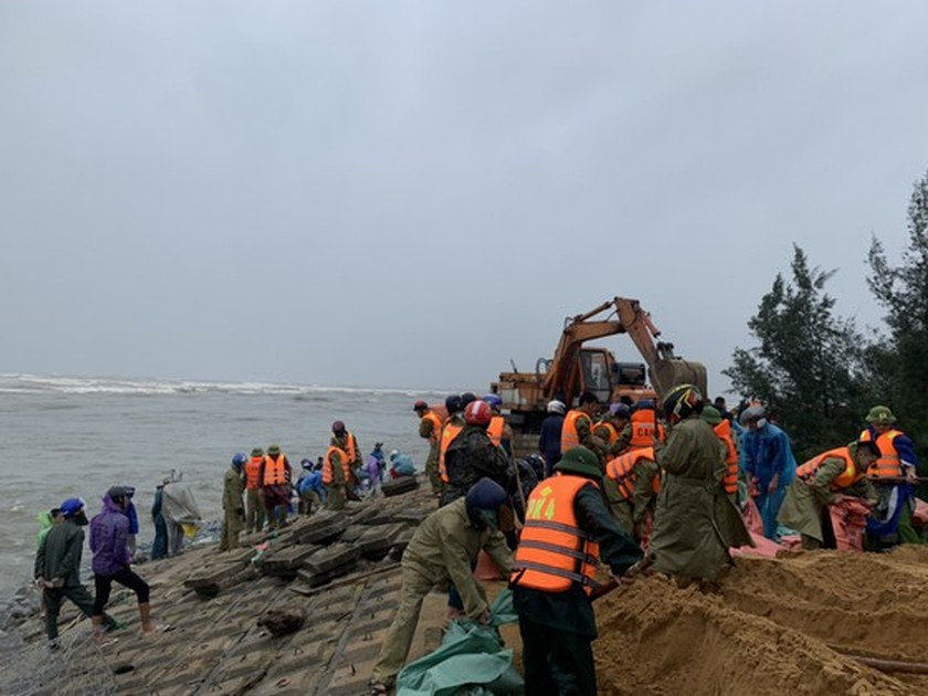 Ha Tinh Province's 40-meter sea dyke section breached ảnh 10