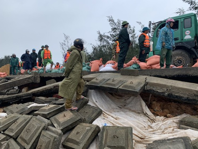 Ha Tinh Province's 40-meter sea dyke section breached ảnh 11