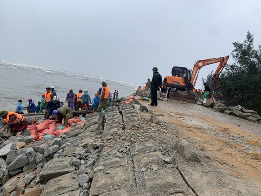 Ha Tinh Province's 40-meter sea dyke section breached ảnh 12