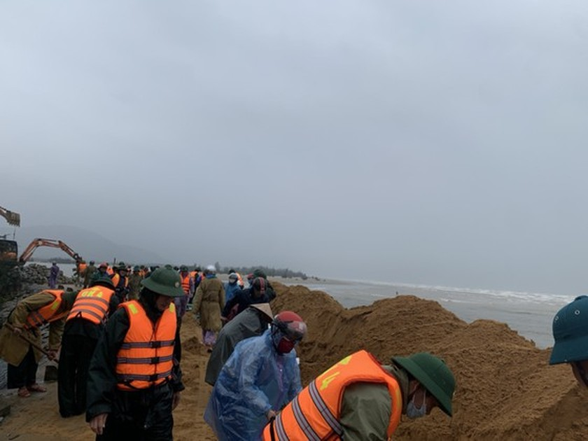 Ha Tinh Province's 40-meter sea dyke section breached ảnh 1