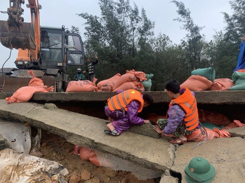 Ha Tinh Province's 40-meter sea dyke section breached ảnh 2