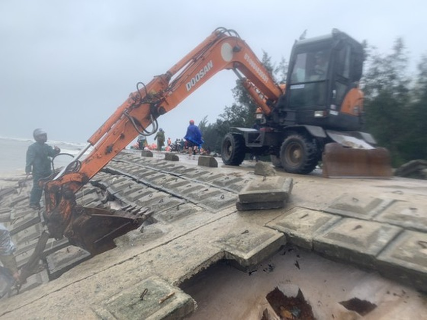 Ha Tinh Province's 40-meter sea dyke section breached ảnh 3