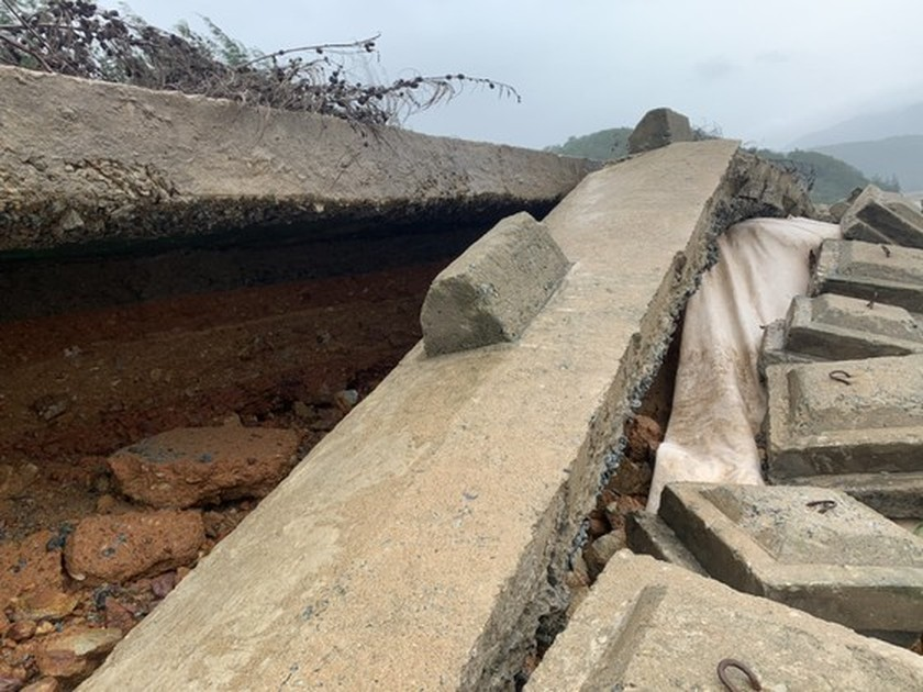 Ha Tinh Province's 40-meter sea dyke section breached ảnh 4