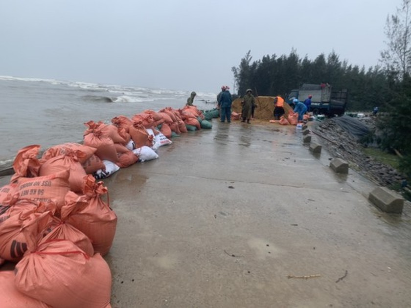 Ha Tinh Province's 40-meter sea dyke section breached ảnh 5