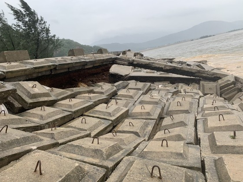 Ha Tinh Province's 40-meter sea dyke section breached ảnh 6