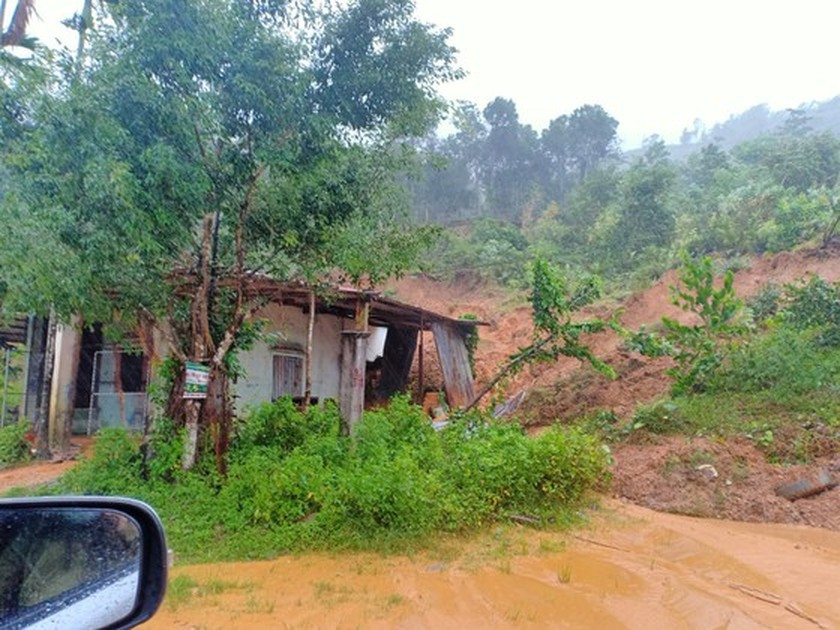 Typhoon Molave leaves 2 dead, heavy damage in Quang Ngai  ảnh 3