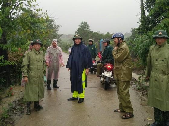 Mountain landslide buries many houses in Dak Lak ảnh 1
