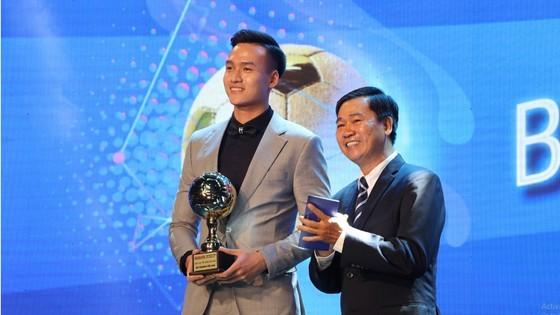 Nguyen Van Quyet (Hanoi FC) wins Men's Golden Ball Awards 2020  ảnh 16