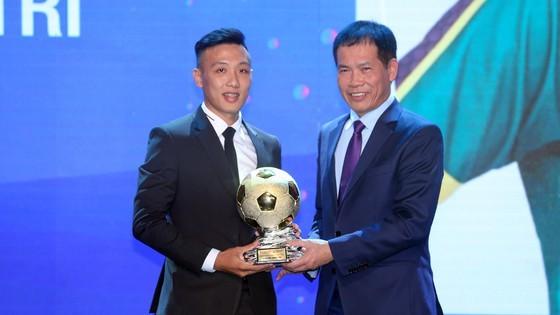 Nguyen Van Quyet (Hanoi FC) wins Men's Golden Ball Awards 2020  ảnh 8