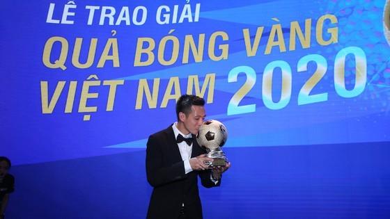 Nguyen Van Quyet (Hanoi FC) wins Men's Golden Ball Awards 2020  ảnh 7