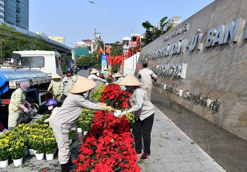 Hanoi streets covered with flags, flowers to welcome National Party Congress ảnh 1
