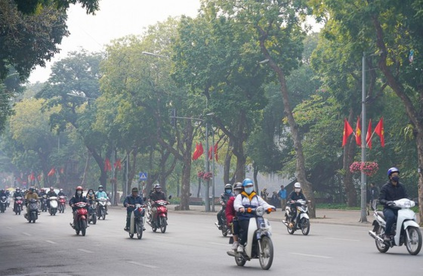 Hanoi streets covered with flags, flowers to welcome National Party Congress ảnh 3