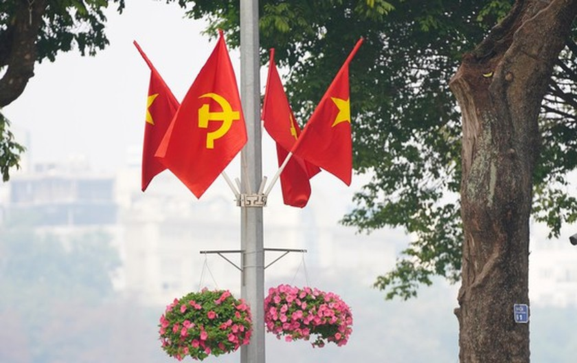 Hanoi streets covered with flags, flowers to welcome National Party Congress ảnh 4
