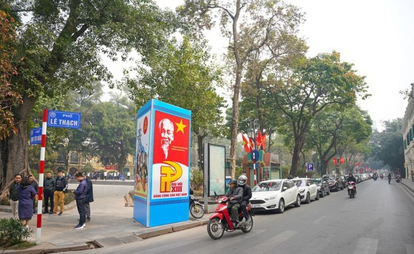 Hanoi streets covered with flags, flowers to welcome National Party Congress ảnh 7