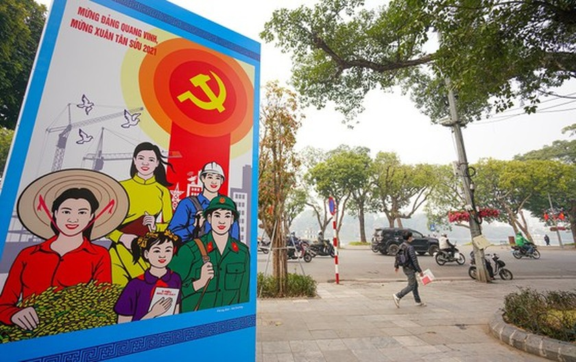 Hanoi streets covered with flags, flowers to welcome National Party Congress ảnh 8