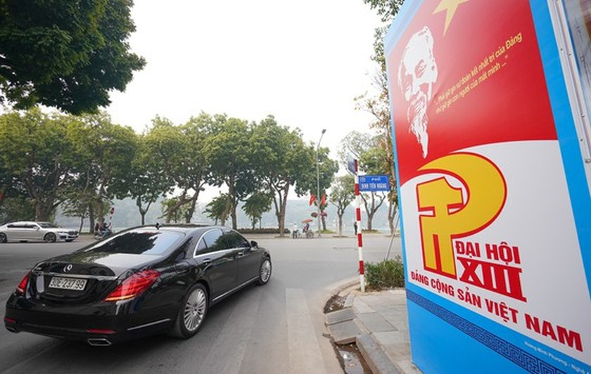 Hanoi streets covered with flags, flowers to welcome National Party Congress ảnh 9