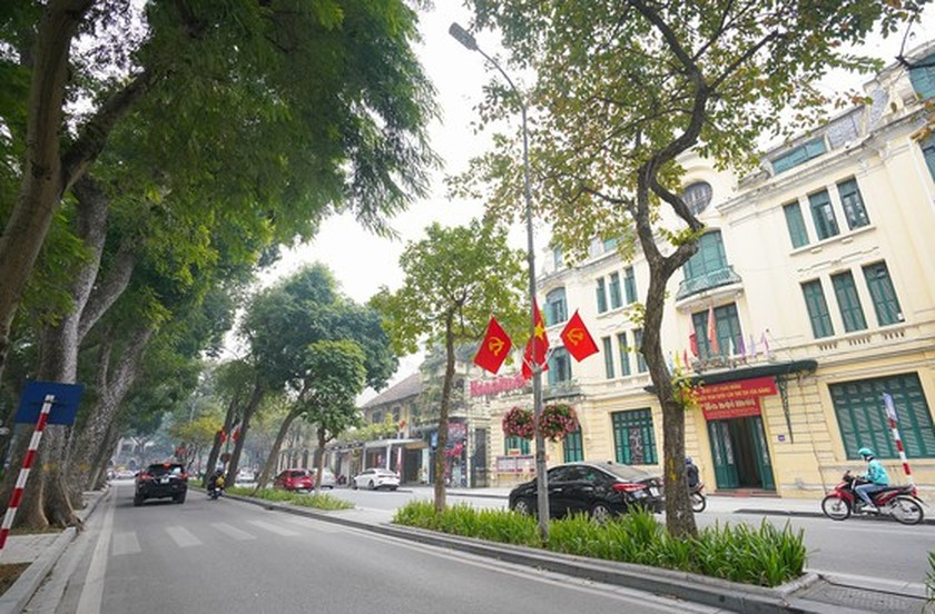 Hanoi streets covered with flags, flowers to welcome National Party Congress ảnh 11