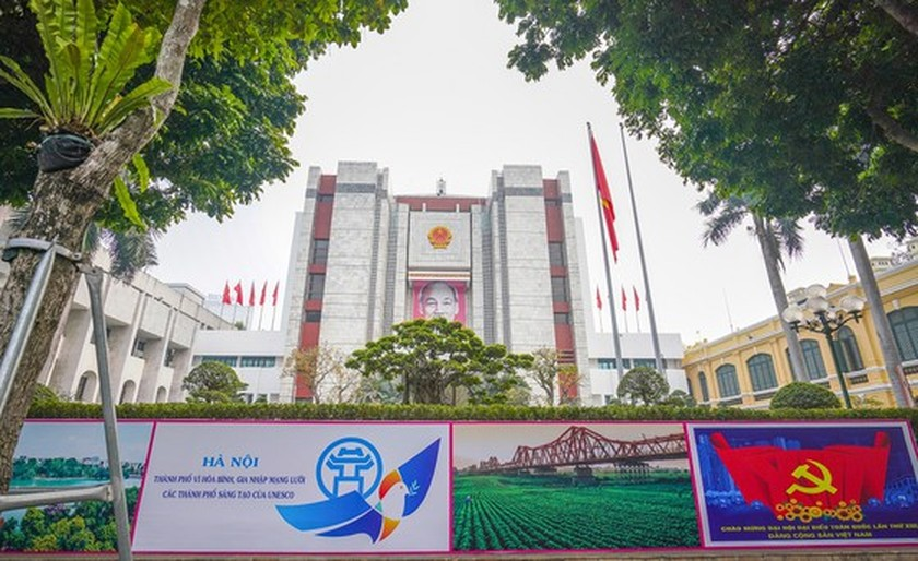 Hanoi streets covered with flags, flowers to welcome National Party Congress ảnh 13