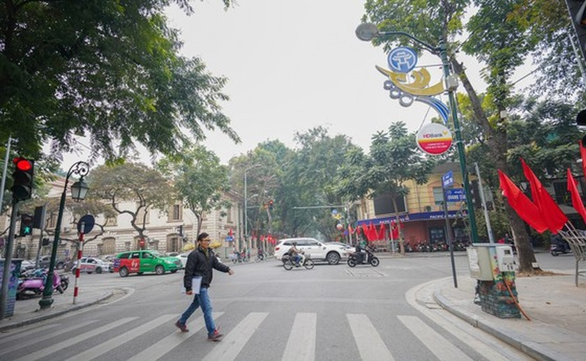 Hanoi streets covered with flags, flowers to welcome National Party Congress ảnh 14
