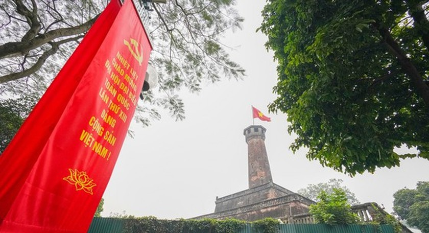 Hanoi streets covered with flags, flowers to welcome National Party Congress ảnh 22