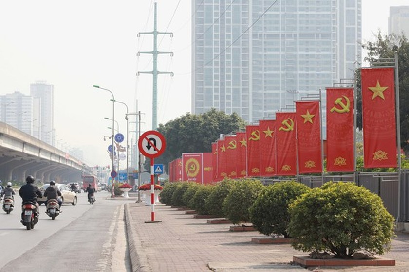 Hanoi streets covered with flags, flowers to welcome National Party Congress ảnh 15