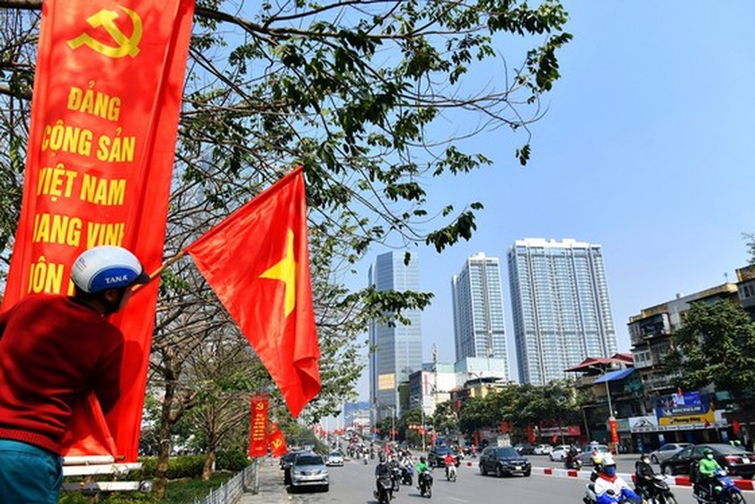 Hanoi streets covered with flags, flowers to welcome National Party Congress ảnh 16