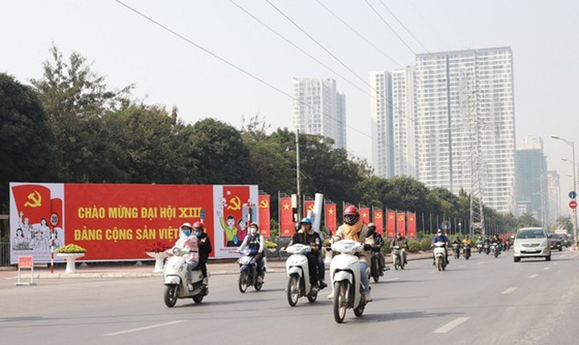 Hanoi streets covered with flags, flowers to welcome National Party Congress ảnh 17