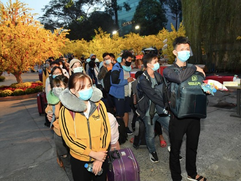 HCMC supports over 3,800 poor students, workers return home to enjoy Tet  ảnh 1