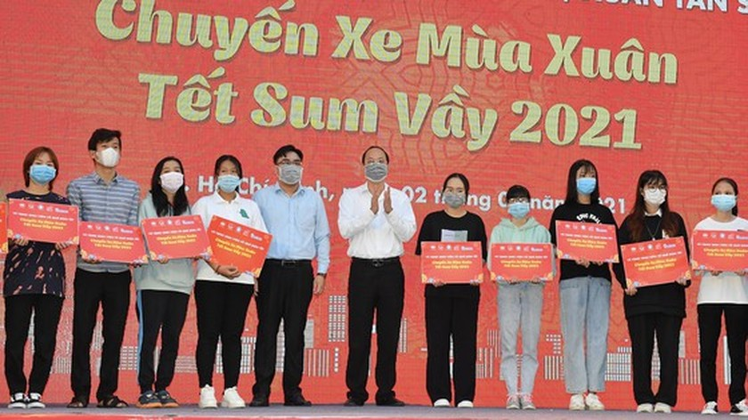 HCMC supports over 3,800 poor students, workers return home to enjoy Tet  ảnh 3