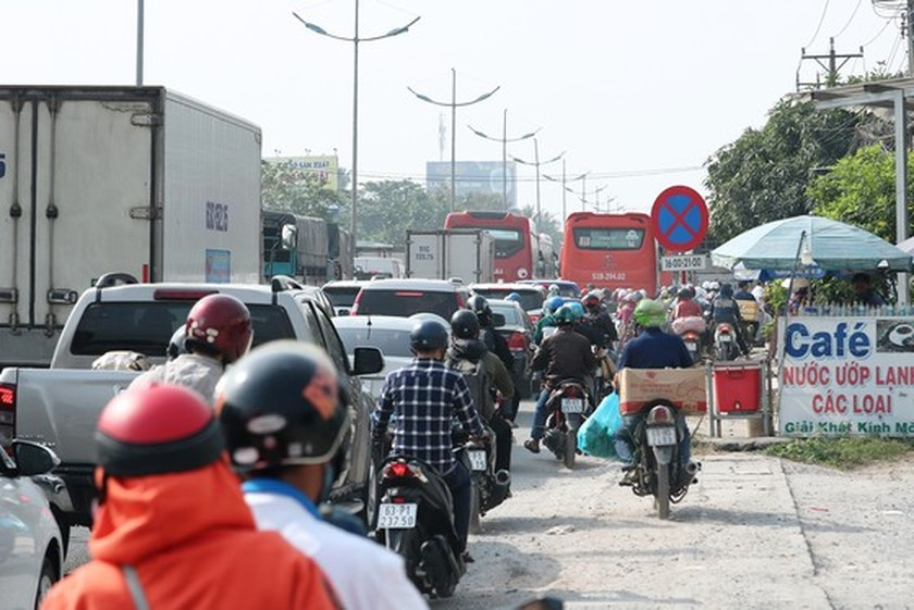 Severe traffic congestion still occur in National Highway No.1 ảnh 1