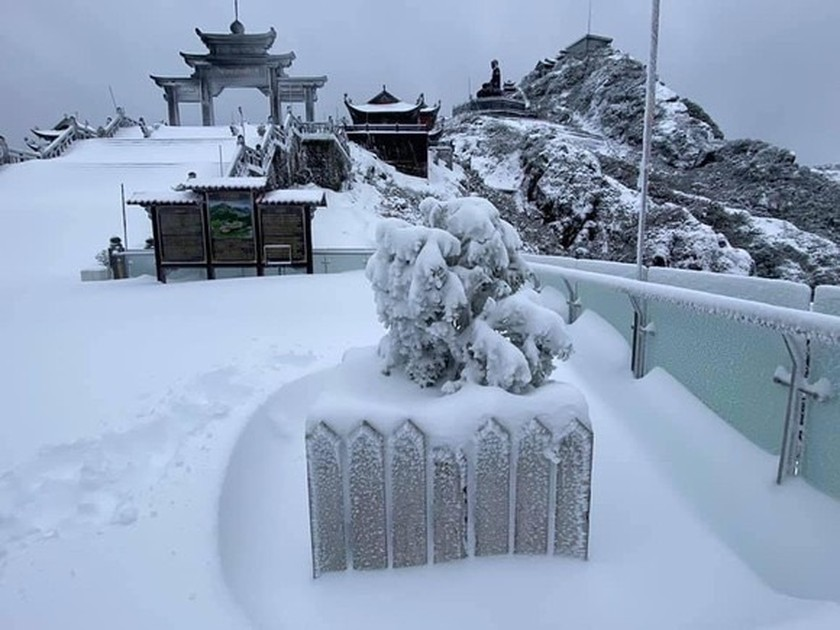 Snow, ice fully cover on top of Fansipan mountain ảnh 6