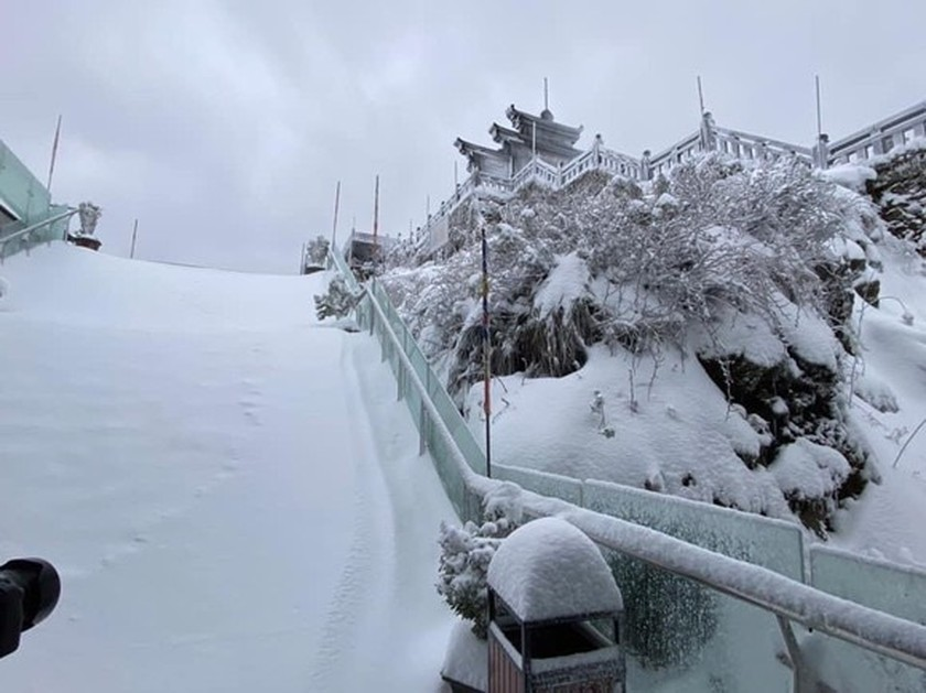 Snow, ice fully cover on top of Fansipan mountain ảnh 9