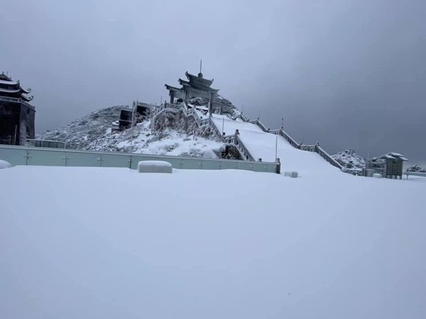 Snow, ice fully cover on top of Fansipan mountain ảnh 1